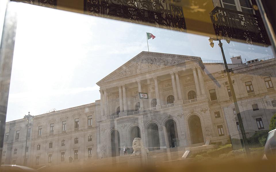 Governo retoma rota descendente da dívida