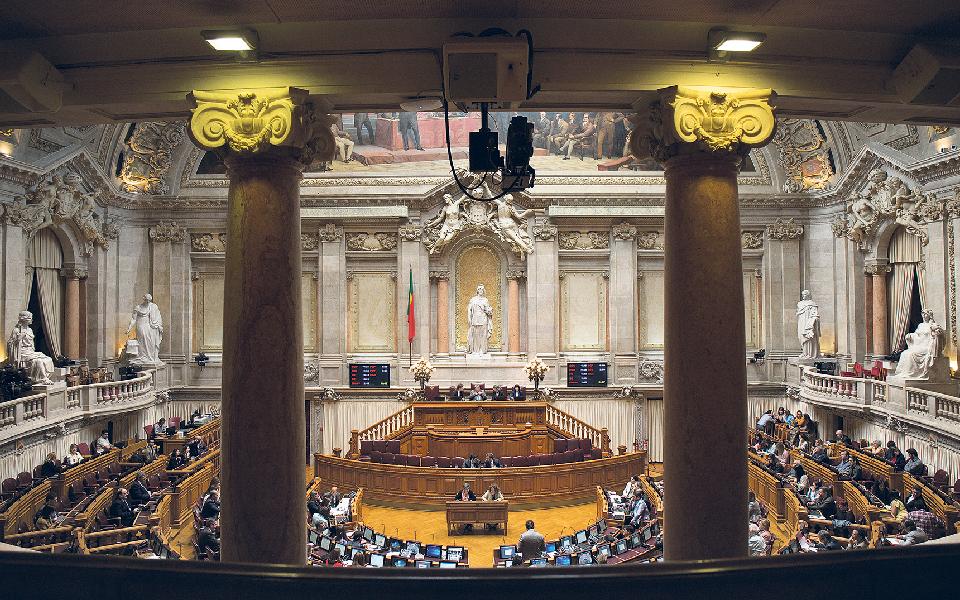 Parlamento substituiu 'geringonça' por mais diversidade e máscaras