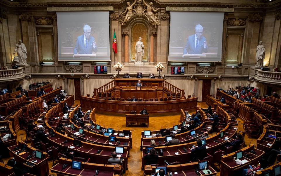 Produção legislativa avança a 'conta-gotas' com confinamento