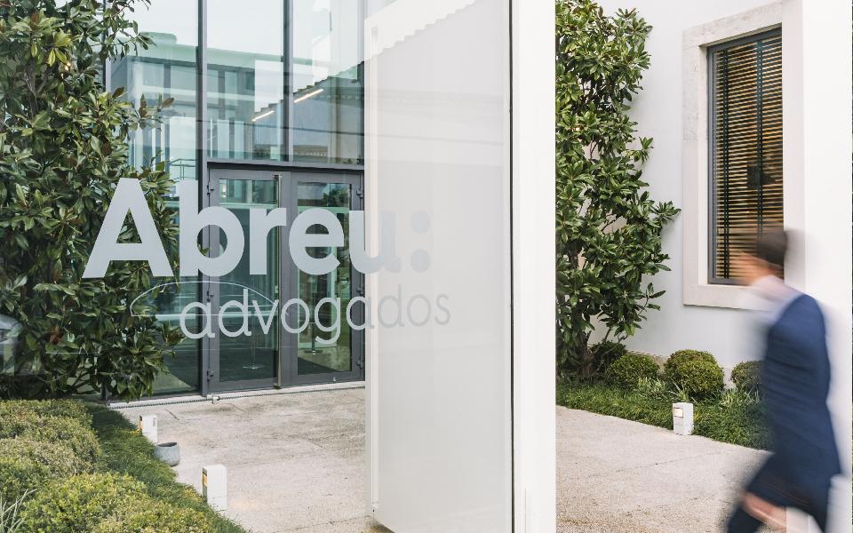 PLMJ  e Abreu assessoram negócio com a Sirplaste