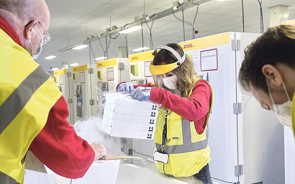 15 mil voos de aviões cargueiros vão distribuir vacinas da Covid-19
