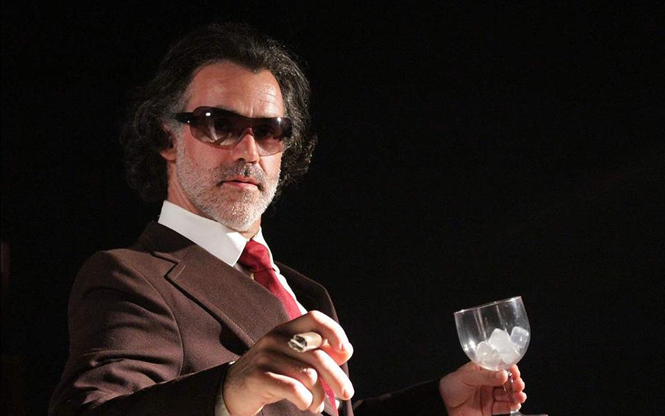 O anti-herói de 'Um Homem Só Emigrações' chega ao Cine Teatro de Santo António