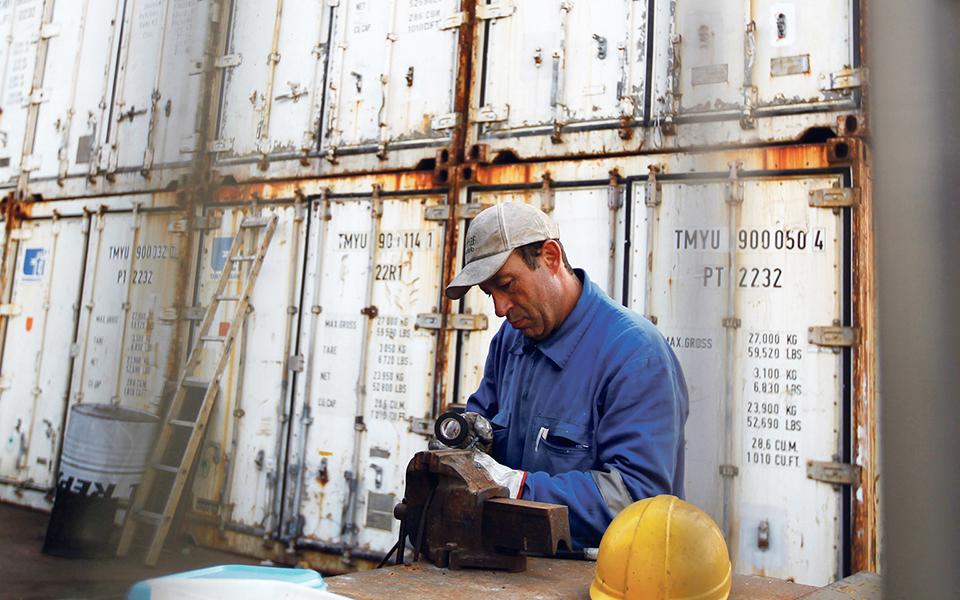 Empresas do porto de Lisboa cortam salários a estivadores