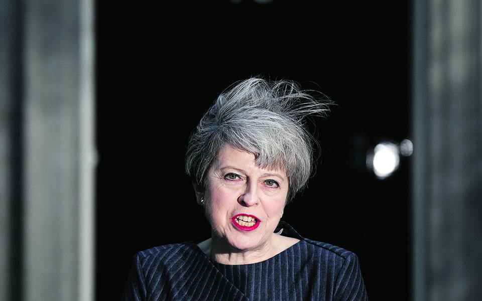 May joga cartada para tentar um Brexit 'limpo'