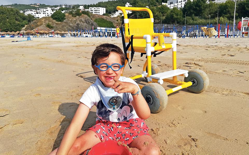 'More moving moments' Cadeira adaptada leva crianças com dificuldades à Praia