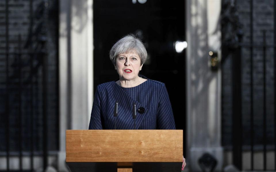 Theresa May com margem mínima de sobrevivencia