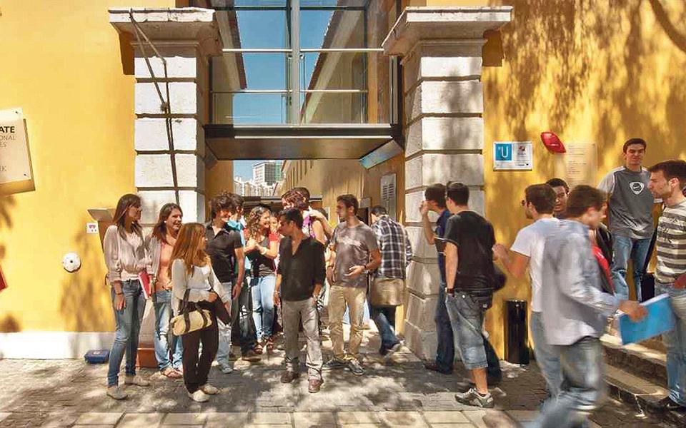 Dona da Universidade Europeia quer desinvestir na Europa. Portugal está na lista