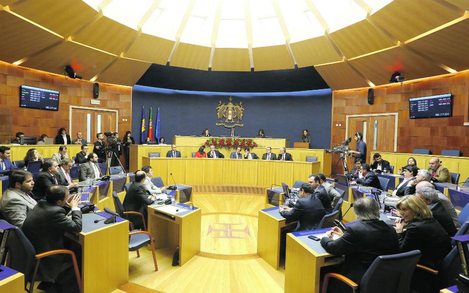 Moção de censura rejeitada entre trocas de acusações