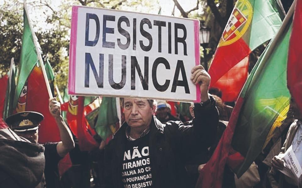 Emigrantes lesados  dos BES pedem reunião urgente com Governo para desbloquear garantia estatal