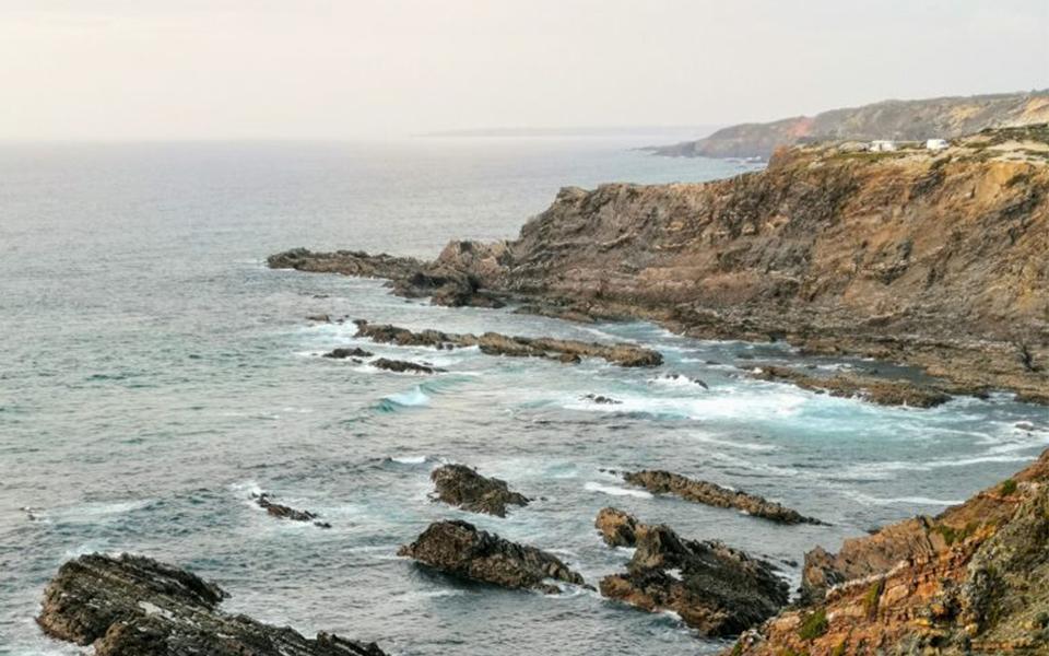 Costa Vicentina:  Ele há praias  e falésias de cortar  a respiração