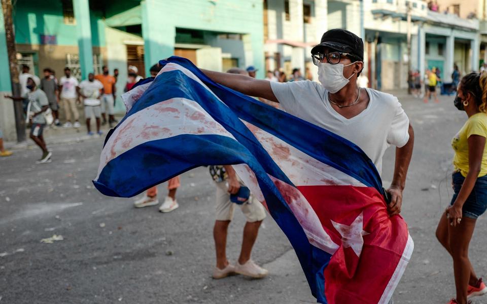 Ditadura cubana não cai e abana quem lhe resiste