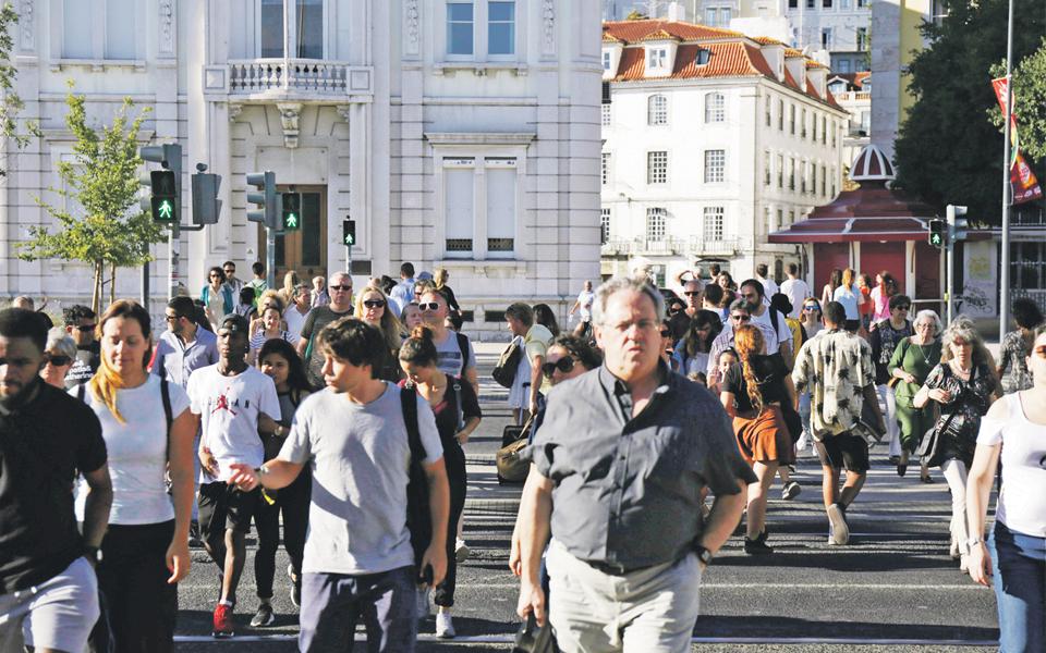 Eleições e travagem da economia global ensombram avaliação da DBRS ao país