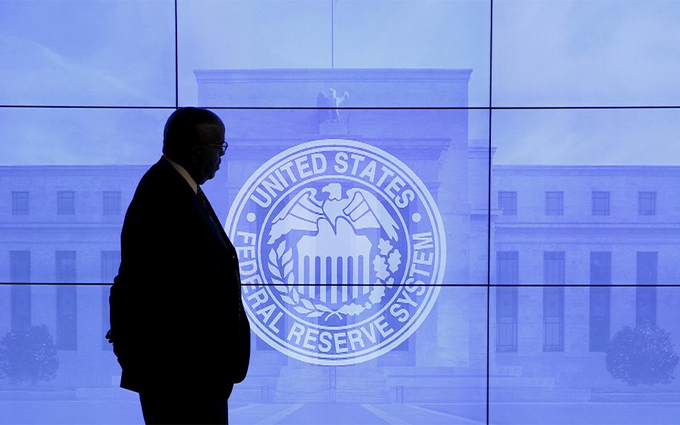 Ações recuam  com 'rally'  dos juros da dívida
