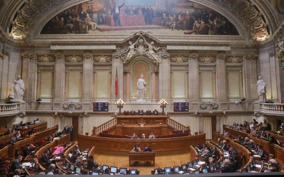 Assembleia da República - Maioria absoluta masculina, acima dos 50 e recém-chegada
