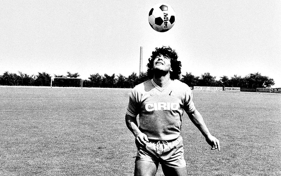 """Maradona: Fazer a revolução com a """"mão de Deus"""" e a bola colada aos pés"""