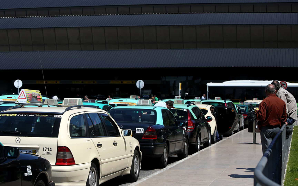 Medina quer cobrar  um euro por cada serviço de táxi na Portela